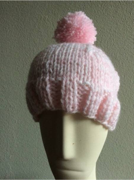 bonnet-pour-enfant-avec-fil-double-rose-et-blanc.-utilisez-pour-ce-mod%c3%a8le-des-aiguilles-de-taille-6.